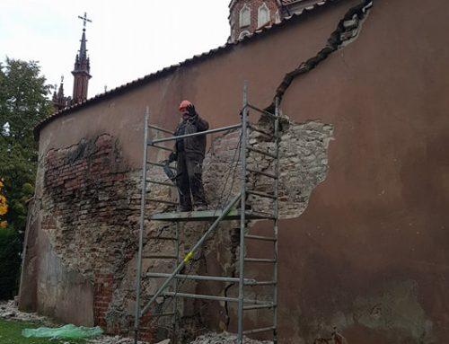 Pradedama tvarkyti avarinės būklės Vilniaus Bernardinų ansamblio tvora